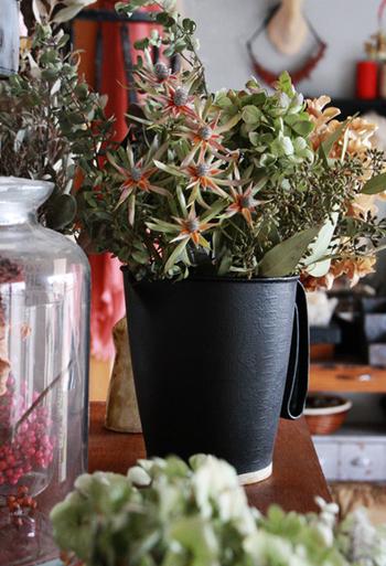 冬色の多肉植物やドライフラワーがキリリと映える黒のピッチャー。まるでアンティークのような一品は、意外なもので作られています。