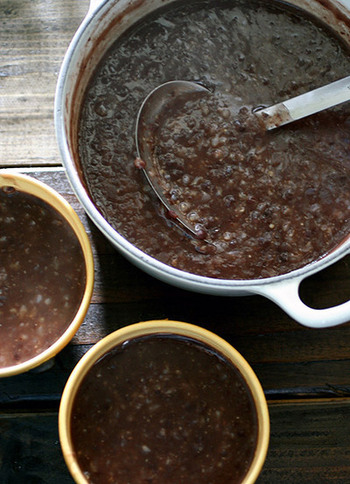 小豆に加え、玄米、押麦、きび、あわなどをつかった、とっても健康的な小豆粥。小豆は栄養価も高く、昔はとても重宝されていました。寒くなる季節に雑穀とあわせたとっておきの小豆粥を食してみるのはいかがでしょうか♪