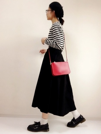 赤のバッグがアクセントになっているちょっぴりフレンチ風なコーデ。ローファーはひざ丈プリーツスカートやパンツスタイルと組み合わせがちですが、こんなフレアスカートとも相性がいいんです。
