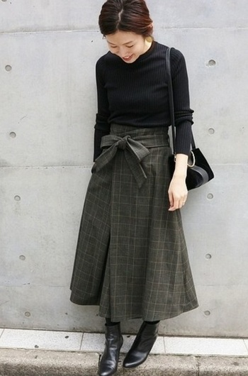 グレンチェックの品格とアースカラーにも見える少しくすんだ色合いが、サッシュベルト(取り外しOK)+フレアスカートの女っぽさを抑えてくれます。