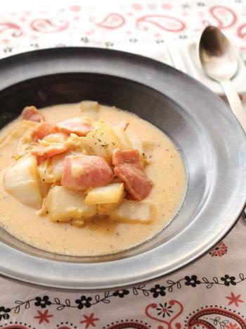 コートとマフラーを外したら、身体を内側から温めてくれるスープ煮をどうぞ。醤油マヨネーズとチーズのコク、ベーコンの旨味があっさり白菜と相性抜群です。