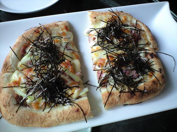 ランチに和風ピザはいかがですか?生地にあきたこまちの米粉と国産小麦粉を使っていてもっちり食感が味わえます。梅・めんたい・しゃくし菜・トマトの4種からセレクトできますよ。