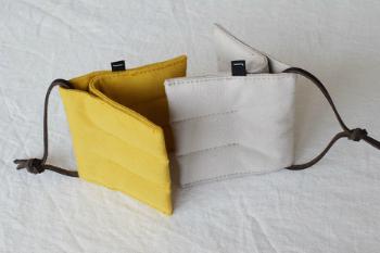 色は、芥子、灰白、墨紺の3色があり、色合わせを楽しむこともできます。写真は、芥子×灰白。