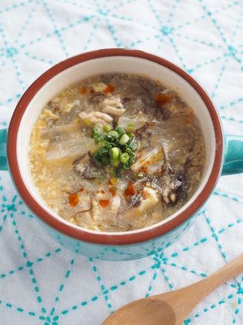 酢っぱ辛いのが美味しい♪酸辣湯(サンラータン)。もずく酢を使えばパパッと簡単に作れちゃいます。時間がない寒い日の朝食にもおすすめです。