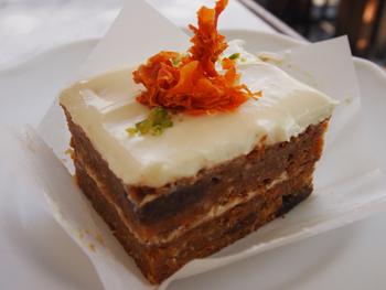 最近じわじわと人気が出てきているのがキャロットケーキ。こちらのお店では、オーガニックキャロットをふんだんに使用したキャロットケーキがいただけます。ケーキの甘さと程よく酸味の効いたクリームチーズのバランスがとてもいいですよ。