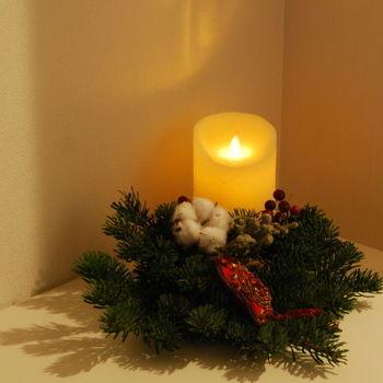 もみの木やヒイラギの実などをあしらって。 LEDのキャンドルなら火が燃えうつる心配がなくて安心です。