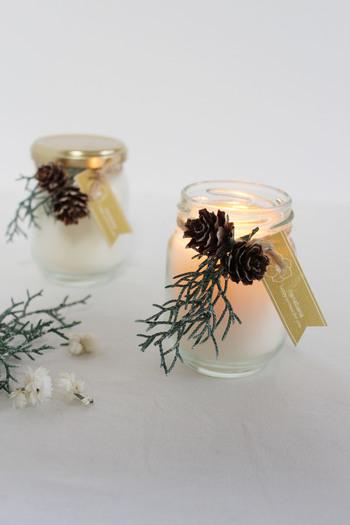 小瓶入りのキャンドルなら、受け皿なしでテーブルに置けるので便利! 飾りも付けやすいですね。