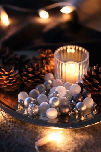 プレートに乗せて、オーナメントとまつぼっくりを一緒にディスプレイ。 オーナメントを使えば、簡単にクリスマスらしさやパーティーらしい華やかさが出ますね。
