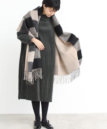 基本的にストールは、マフラーよりも大判で薄手の生地のもので、オールシーズン使われるファッションアイテムです。そしてショールはストールよりもさらに大判で生地も厚めの冬仕様のものをさします。とはいえお店ではマフラーよりも大きく肩に羽織れるようなサイズ感のアイテムをストールやショールと呼んでいるようです。