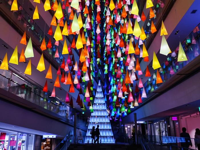 毎年アッと驚くアーティスティックなイルミネーションがお目見えする「表参道ヒルズ」。今年は、フランス人建築家エマニュエル・ムホー氏によるツリーがお目見え。30分に1回、音楽に合わせて幻想的な光のショーも開催されます。