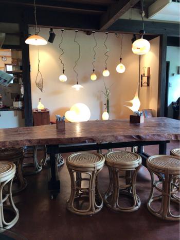 店内にはステキなデザインのあかりがたくさん。オーナーの娘さんである霜触繭子(しもふれまゆこ)氏の作品で、やさしい光に癒されます。照明は購入することも可能です。