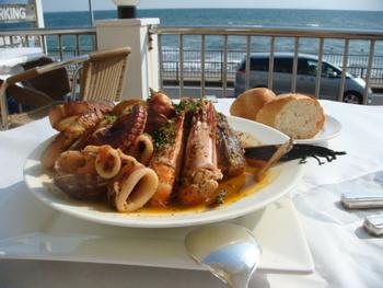 海を眺めながら、魚貝の煮込みのブイヤベースを頂く贅沢。ここは湘南ではなく、まるでイタリアですよ!