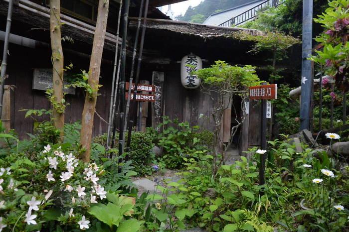 """東京の西の端""""奥多摩""""にある「蛇の湯温泉 たから荘」。このひなびた感じ…何とも言えませんね。 秋川の渓流に面し500年を経た「兜造り」の建物で、数馬の自然と昔ながらの山の幸を味わえる宿です。"""