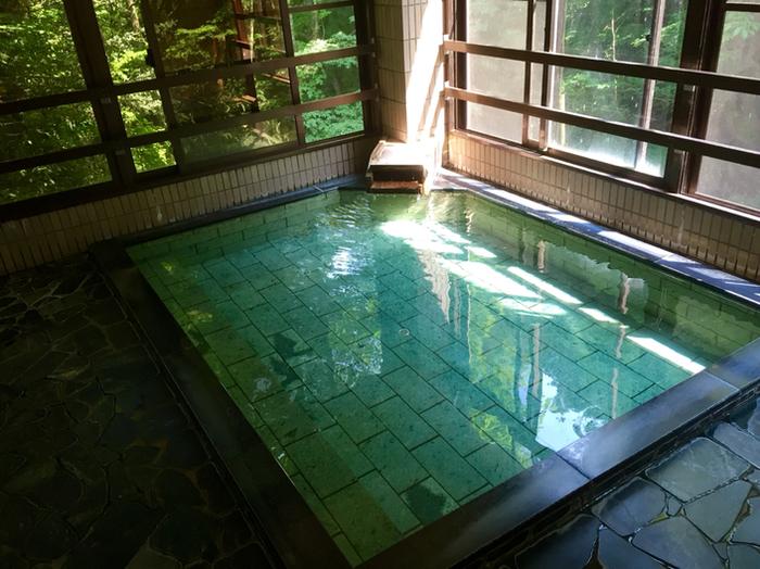 開放的な大きなガラス窓から渓流が望めるお風呂。ゆったりと湯船につかると、川のせせらぎが聞こえリラックス効果抜群♪ 傷ついた大蛇がこの温泉で傷を治したことから「蛇の湯」と呼ばれるようになったそうですよ。 日帰り入浴も可能なので、ハイキングの後に立ち寄る方も多いとか。