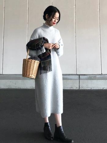 ハイネックのニットワンピで上品な装いに。グレイッシュなホワイトがなんとも冬らしいですね。ニットワンピ×カゴバッグも新鮮な組み合わせです。