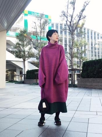 ボリュームたっぷりのビビッドカラーのニットワンピもスカートを合わせてちょっぴりクラシカルな雰囲気に。周りから「おっ!」と思われる上級者コーデですね。