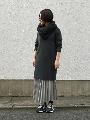 チャコールグレーのニットワンピに、グレーのプリーツロングスカートを合わせて。グレー系のグラデーションでまとまっていて洗練された雰囲気◎