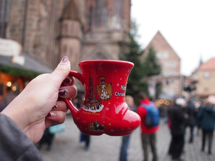 クリスマスマーケットに欠かせない「グリューワイン」は、ワインとシナモンなどを一緒に温めて作られたカクテル。赤ワインが一般的なイメージですが、白ワインのホットワインもあるそう♪地域やお店、開催年によってさまざまなデザインのカップで提供されるので、コレクションしているひともたくさんいるのだとか。