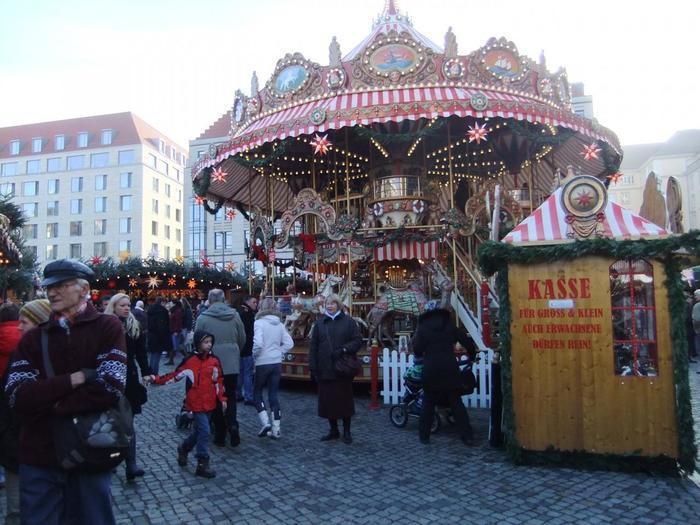 クリスマスは大人も楽しいイベントですが、やはり主役は子どもたちではないでしょうか♪多くのクリスマスマーケットには、「回転木馬」や観覧車などの遊具がおかれていて、家族で楽しめるのはもちろん、カラフルなイルミネーションで広場を彩ってくれます。