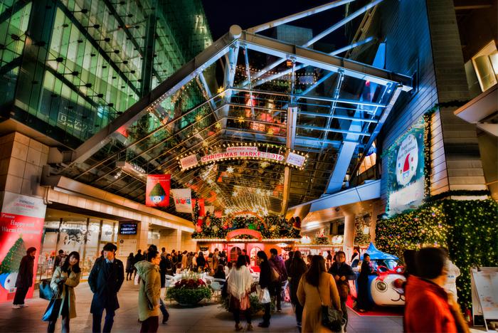 クリスマスマーケットの見どころを知ったところで、ここからは国内で楽しめるクリスマスマーケットを関東と関西一つずつご紹介します。日本でクリスマスマーケットが開かれはじめたのはここ最近のことですが、どこも本場の雰囲気を楽しんでもらおうと趣向がこらされていますよ♪  六本木ヒルズのクリスマスマーケットは今年で11年目。国内有数のクリスマスマーケットとして知られています。2017年は11月25日〜12月25日まで開催が予定されています。