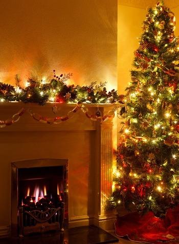 暖炉の周りもクリスマスの飾りつけをするのにうってつけの場所。サンタクロースのお人形を置いたり、アドベントキャンドルを飾ったりします。