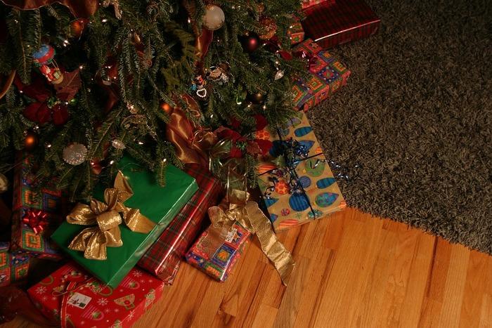 クリスマスツリーの下や暖炉の近くにはクリスマスプレゼントを置いて、クリスマスを待ちます。きれいにラッピングされたカラフルな贈り物を見ているとワクワクする気持ちがぐっと盛り上がりますね。