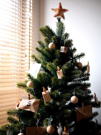 アドベントカレンダーは日付を書いた入れ物に小さなお菓子やおもちゃを入れて、クリスマスまで毎日ひとつずつ開けていくというもの。小さな子供のいるご家庭だけではなく、実は大人でもちょっぴりワクワクしてしまうイベントなんですよ!