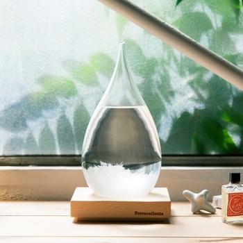 透き通ったしずく型が美しい「TEMPO DROPストームグラス」は、天気によって姿を変える不思議なオブジェ。かつて航海士の間で天候予測器として使われていたストームグラス(天気管)を元にしています。