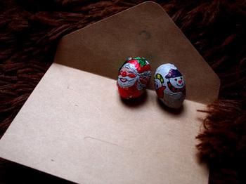 中に入れるのは、気に入ったものならなんでもOK!クリスマスらしい小さなチョコレートやキャンディを入れることが多いようです。