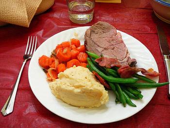 豚もも肉の塊肉にオールスパイス、ローズマリー、粗塩をすりこんで、はちみつとマスタードを混ぜたものを表面に塗っていきます。クローブをお肉に刺して、200度のオーブンで焼き上げます。1キロで1時間ほどと覚えておくといいようです。