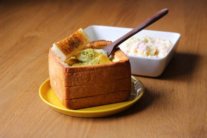パンの中には、ポテトサラダとホワイトソースがとろ〜り。ピザ用チーズを載せて、香ばしいパングラタンの出来上がりです。 ほっこり可愛いパンの器はおもてなしにもぴったり!