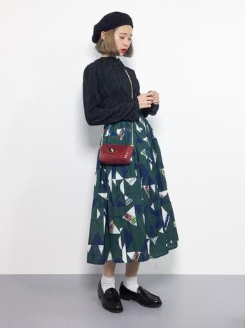 レトロ感たっぷりのフレアスカートに合わせたクラシカルなコーデ。合わせるソックスの丈も参考になりますね。