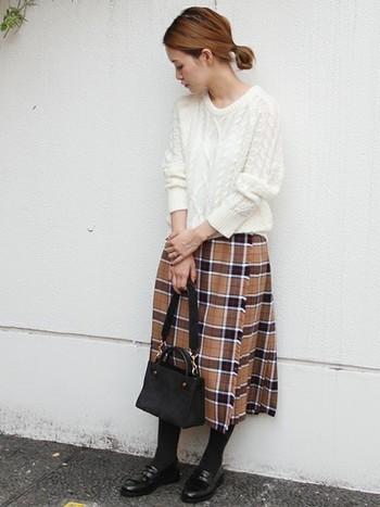 チェック柄のラップスカート×ローファーでちょっぴりロンドンスクールガール風♪冬に映える白のケーブルニットで上品さと可愛らしさをプラス。シャツ+ベストでも素敵です。