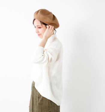 ふんわりと編まれたカシミア混のニットは、軽やかな着心地。ルーズなシルエットなので、これ一枚で旬の着こなしに。