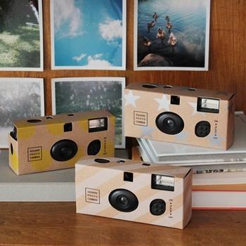 カメラや写真を趣味にする方は、Instagramを楽しんでいることも多いですよね。こちらの「スクエアフォトカメラ」は、ファインダーが「ましかく」な、使い切りのフィルムカメラです。Instagramのようなおしゃれな構図で、フィルムならではの粒子感や色合いを楽しんでもらえます。