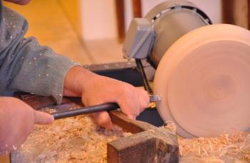 ■暮らしの道具と学びの時間(Pint) 自分だけのオリジナルの木皿を、目の前で職人が作ります。ろくろで木を回転させて鉋(かんな)で削る木地師と一緒に形を考え、直径24cmの平皿を作りましょう。オリーブオイルで塗り仕上げをして持ち帰りできます。 木の素材の特長、挽物(ひきもの)という加工技術、取扱いやお手入れ方法、形の理由など、木の器を知り、身近に感じるきっかけになれるような時間を提供。オーダーメイドを通して器を考える、参加型の学べるイベントです。
