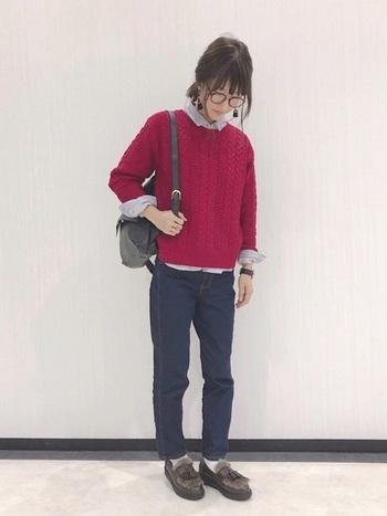 ニット×シャツのきちんと感とローファーの相性はバグツン。デニムとの間からチラリをのぞく白のソックスがアクセントに◎