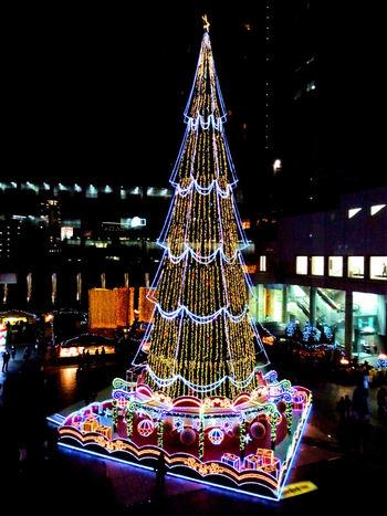 大阪の観光名所・梅田スカイビル広場で開催される「ドイツクリスマスマーケット大阪」は、高さ27mのクリスマスツリーがワンダースクエアを美しく彩ります♪