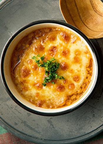 パパっと作れるオニオングラタン風スープを一品前菜のように出しても素敵です。スープに染み込んだバケットがじゅわ~っとお腹を満たしながら温めてくれます。