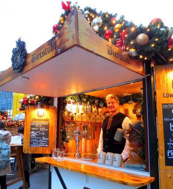 フード類も充実!ワインもいいけれど、ドイツといえばビールですよね♪多くのヒュッテでは、ドイツ人が接客、販売してくれるそうなので本場の雰囲気たっぷりです。