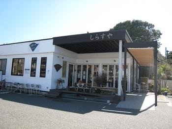 その名もずばり「しらすや」。週末は行列必須の腰越漁港の人気店。