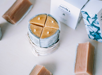 炎の揺らぎがお部屋に「癒し」をもたらしてくれるキャンドル。北海道・下川町発の「NALUQ」からお届けするのは、トドマツの薪をかたどった、蜜蝋100%のキャンドルです。火を灯せば、まるでお部屋の中に小さな焚き火があるような気分に。北海道モミのエッセンシャルオイルが仄かに香ります。