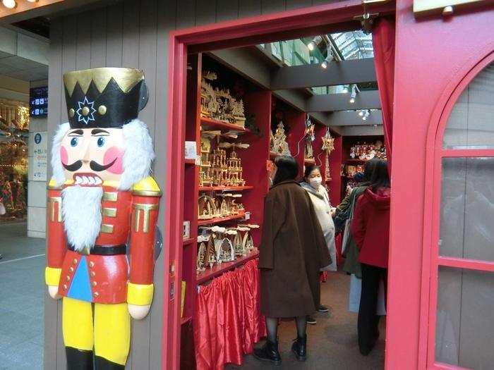 一年中クリスマス雑貨を扱う店として、世界的に有名なドイツの「ケーテ・ウォルファルト」。お店の入り口には、定番「くるみ割り人形」がお出迎えしてくれます♪