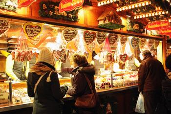 「レープクーヘン」はドイツの伝統的なクッキーで、卵や乳製品を使わないで作るのでとても固くて日持ちします。リボンで吊るして飾るものが多く販売され、お菓子の家をつくるときの壁や屋根の部分にも使います。
