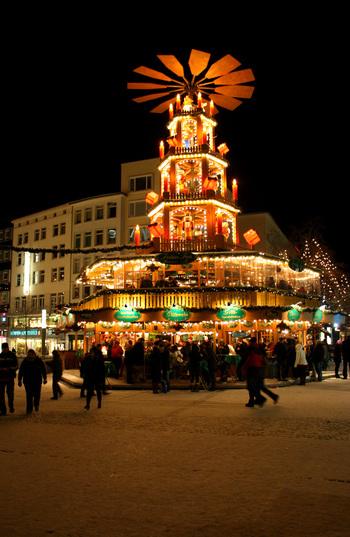 クリスマスといえばツリーのイメージですが、ドイツではクリスマス・ピラミッドが定番。 これは、てっぺんに大きな羽根がついている『キャンドルスタンド』で、火を灯すと上の羽根がくるくると回ります。サイズはさまざまですが、ドイツのクリスマスマーケットには巨大なクリスマス・ピラミッドが登場しますよ♪