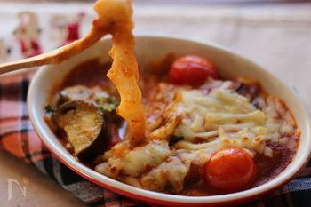 チーズとお餅のダブルもちもちがくせになるお餅のグラタン。ミートソースと野菜が絡み合い、いろんな食感が楽しめます。