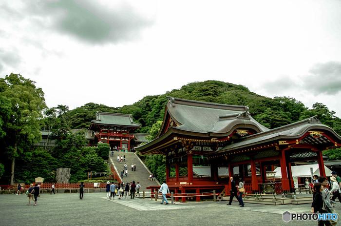 鎌倉駅から行ける有名スポットは多々あります。食べ歩きやお土産が買える「小町通り」そして、段葛と圧巻の美しさの「鶴岡八幡宮」。鎌倉駅からバスに揺られて行く、竹林でお馴染みの「報国寺」や「鎌倉宮」など、見どころ満載の鎌倉駅。お食事処も多々ありますが、まずは駅近くで落ち着ける場所からご案内します♪