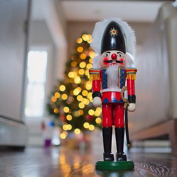 ドイツのクリスマスでは、サンタクロースよりも馴染みがあるといわれている「くるみ割り人形」。クリスマスのお話「くるみ割り人形」の舞台はヨーロッパ中の劇場で、上演されるのだとか。クリスマスマーケットでもたくさん見かけることができるはず!