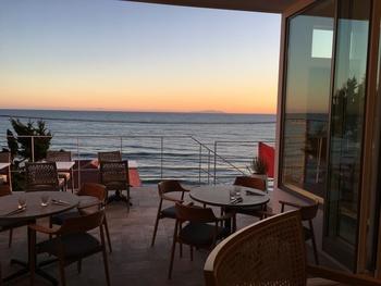 キラキラの海や、暮れゆく壮大な夕日を眺めながら、至福の時間を過ごすことができる「バスティーズ」。