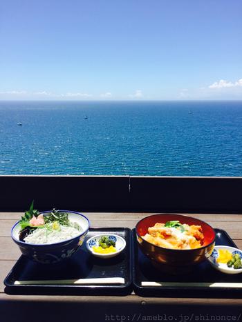 オーシャンビューの定食屋さん「魚見亭」。たくさん歩いておなかを空かせてパクパク食べたい丼物がたくさんありますよ。
